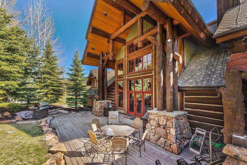 Grand patio au salon avec des sièges pour 6+, un barbecue, des foyers au bois et de belles vues