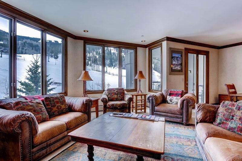 01_Highland-Slopeside-213_living-room.jpg