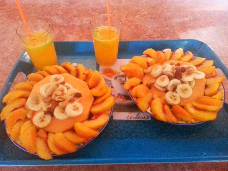 ensalada de frutas y zumo de naranja natural