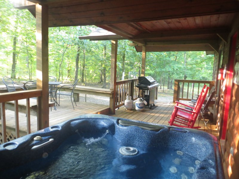 2 bed2 bath cabin-forest setting. Hot tub! Wifi! Dog Pen! Timed Code Smart Lock, holiday rental in Broken Bow