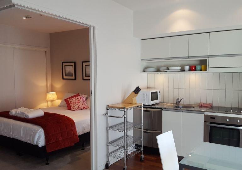 Koning slaapkamer kan worden afgesloten van de woonkamer met twee grote holle schuifdeuren