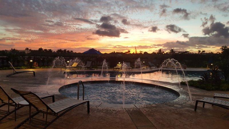 Coucher de soleil sur la piscine Splash pour enfants
