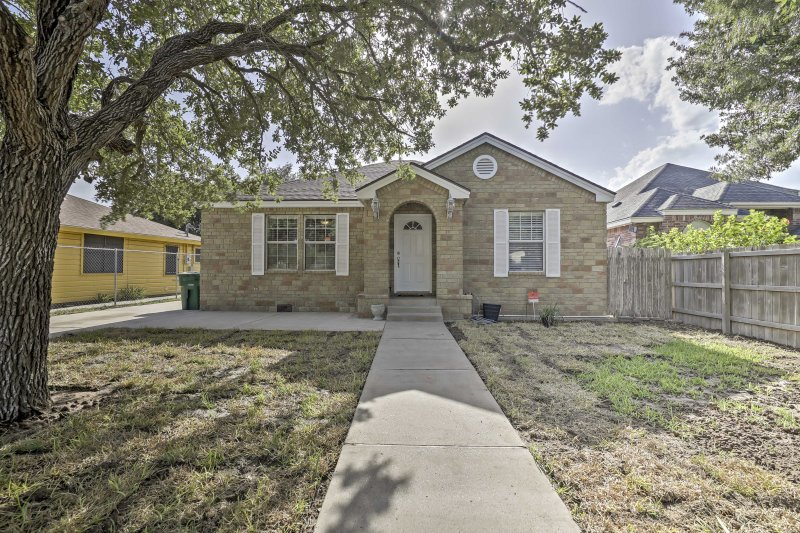 Cozy Weslaco Home w/Backyard in Quiet Neighborhood, location de vacances à McAllen
