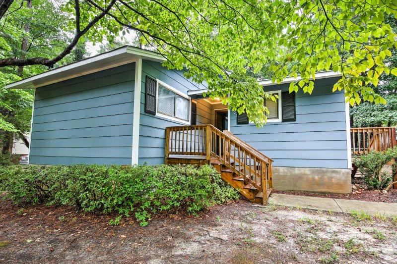 Per una fuga memorabile, non esitate a visitare questo classico 3 camere da letto, 2 bagni per le vacanze Casa a Raleigh!