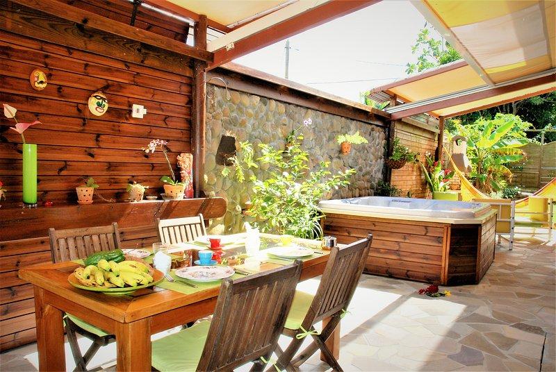 La terrasse, sa salle à manger et son jaccuzi.