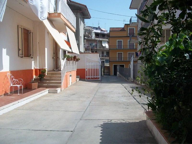 Villa Pina. Casa spaziosa e luminosa, in centro storico. Prezzi speciali..., holiday rental in Taurianova