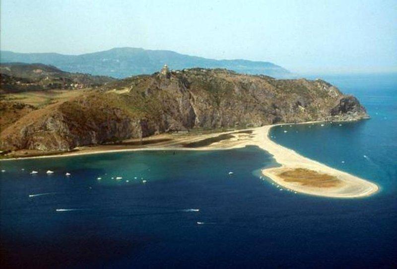 Panorama visto da baía de Oliveri e Tindari Santuário.