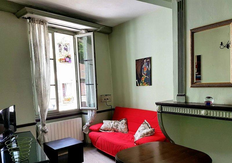 3 studios 28m²  pour vacance,étape ou professionnel, batisse renovée centre vill, holiday rental in Le Poizat