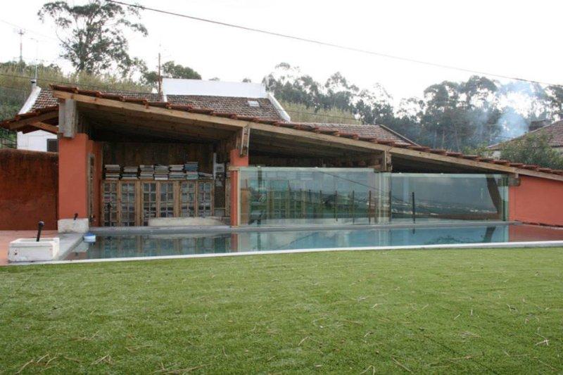 Relvado da piscina, ginásio, biblioteca.