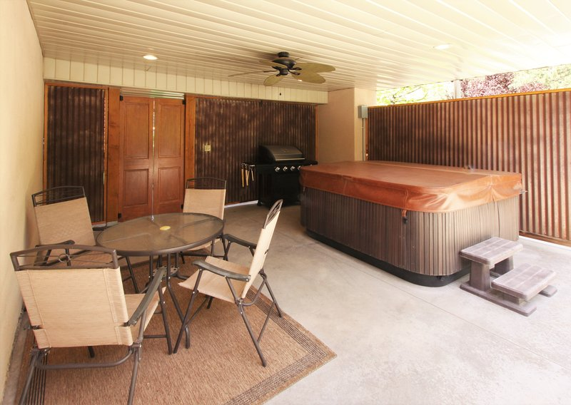 Private Patio with Hot Tub,  BBQ Grill & outdoor dining