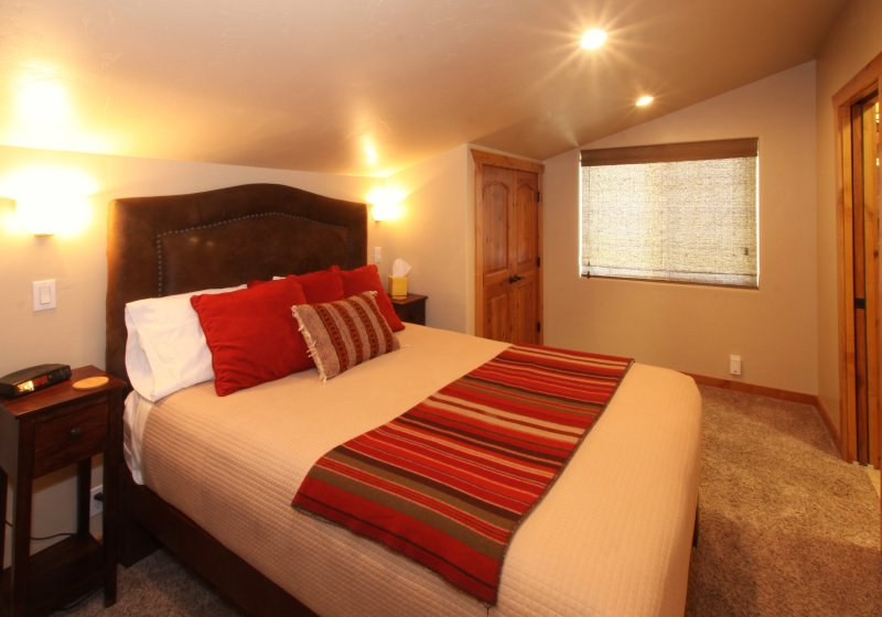 Master Bedroom with Queen bed, comfortable Pillow top mattress and luxury linens