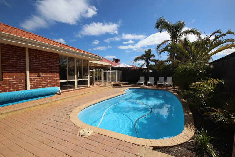 Mindarie Villa With  Pool  A/C  Internet Netflix Walk to Mindarie Marina, holiday rental in Carramar