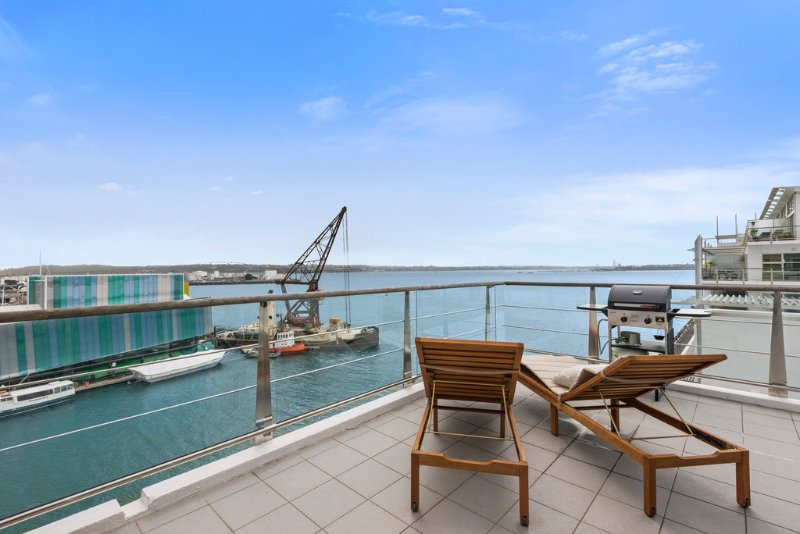 Glamorous 2BR Waterfront Sub-Penthouse with Panoramic Ocean Views, holiday rental in Auckland Central