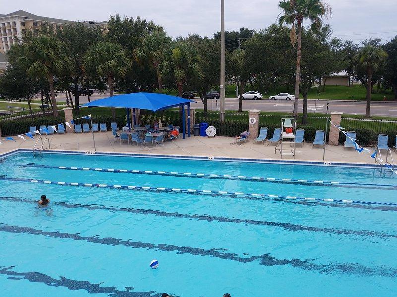 Olympisch zwembad 2,5 blokken. wandelen, gratis passeert 10