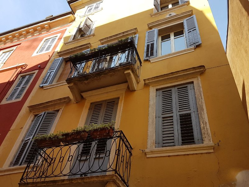 Facciata della casa con il balcone