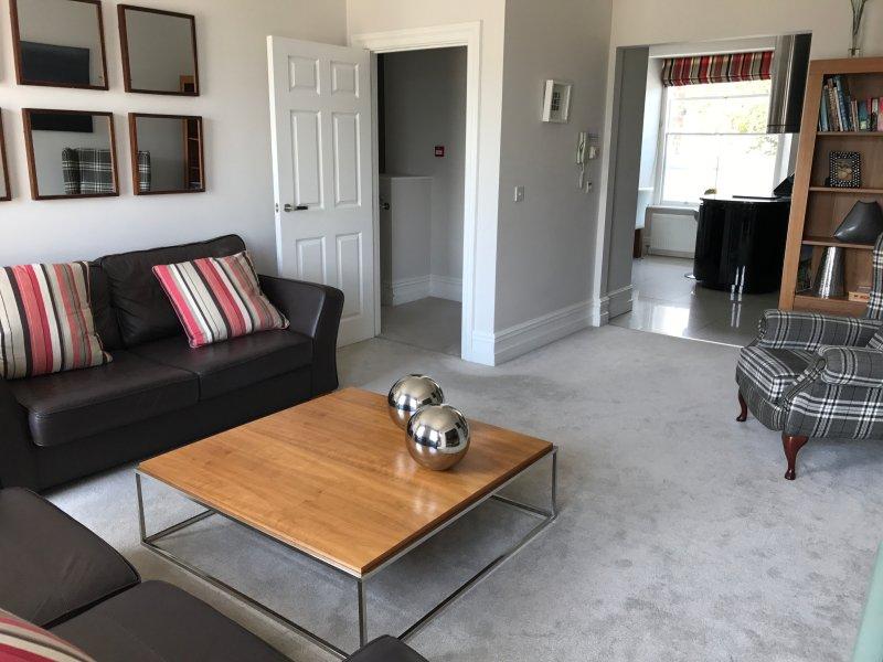 Sala de estar y caminar a través de la cocina / comedor