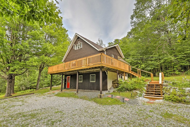 Quiet Au Sable Forks Nature Retreat w/ Large Deck, casa vacanza a Keeseville