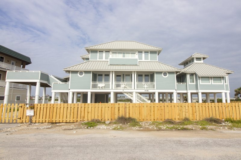 Stunning Oceanfront Home ~ Secluded Area ~ Panoramic Views!, vacation rental in Marineland