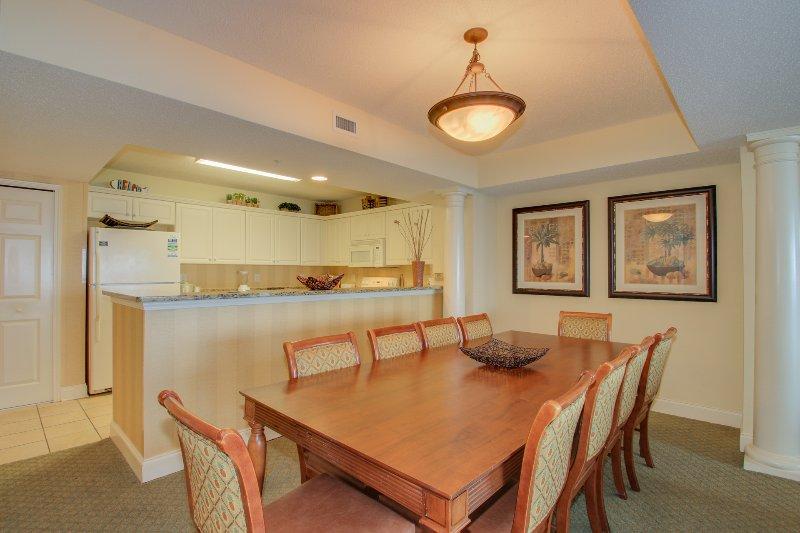 Sala de jantar grande com acesso directo à Full-size Kitchen