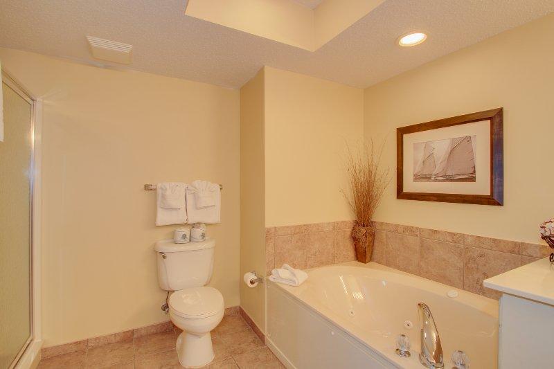 Mestre King Suite Casa de Banho com banheira Banheira e cabine de duche.