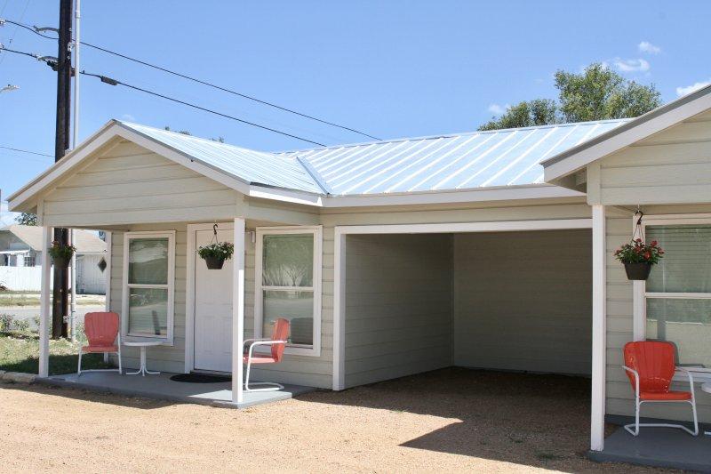 River Trail Cottages Motor Court - Cottage #2, vacation rental in Kerrville
