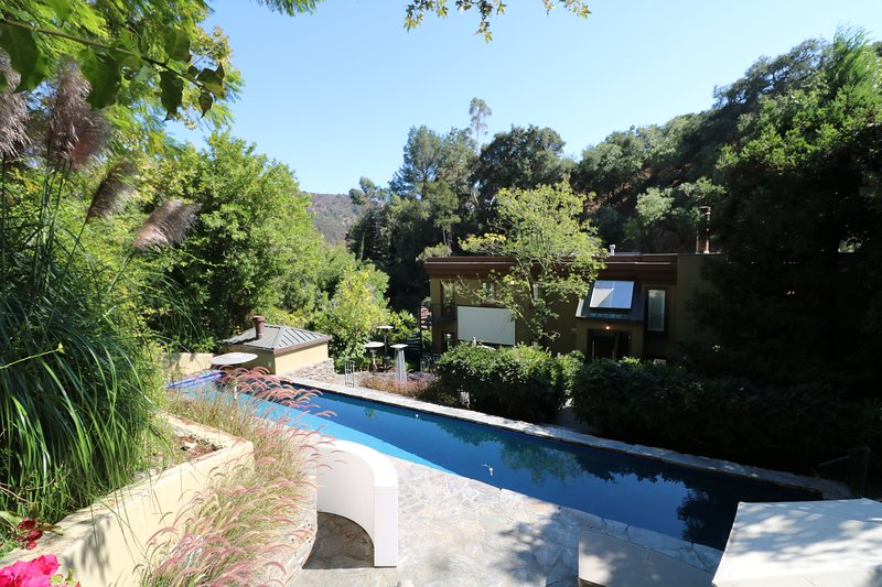 Glamorous Home in Beverly Hills w/ Gold Elevator & Large Pool, holiday rental in Beverly Hills