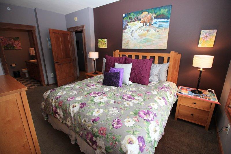 Dormitorio principal recientemente redecorado con cama de matrimonio