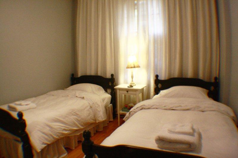 # 3 dormitorios primer piso. 2 camas individuales.