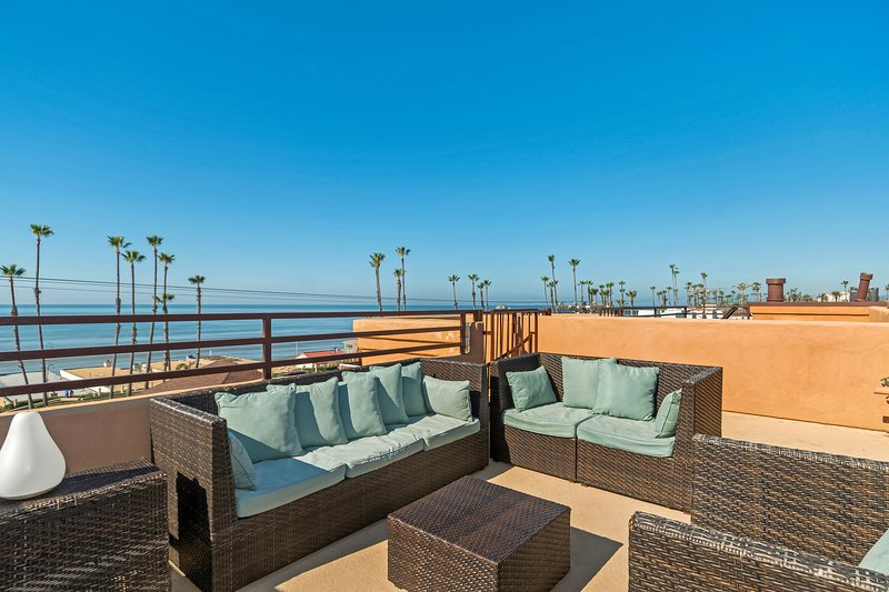Newly Remodelled Ocean views Steps To Beach  Roof Top Deck, location de vacances à Oceanside