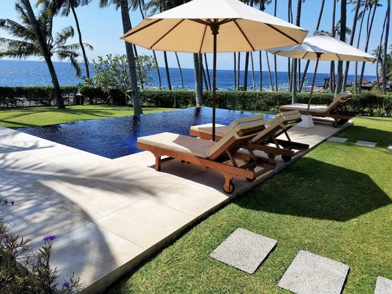 Su piscina privada con vistas al océano