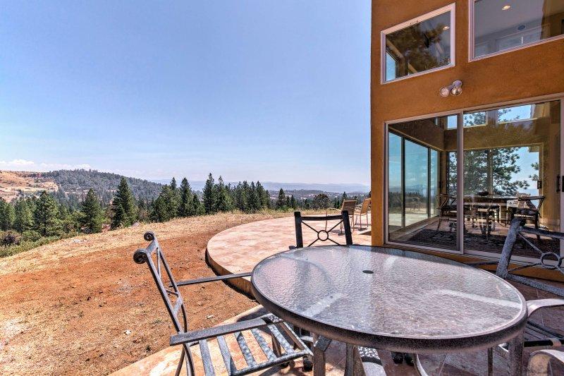 Godetevi l'aria fresca di montagna nel patio.