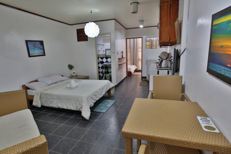 Niu Ohana Bolabog Hotel - Superior Quad Room - 1, holiday rental in Pandan