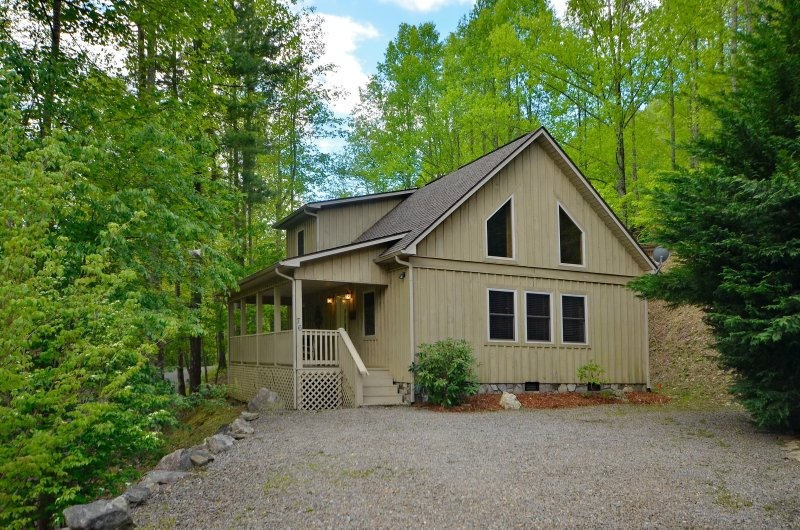 COTTONTAIL CREEK Skiing/dining/hot tub/creek/wifi/fireplace/gated/paved access, vacation rental in Maggie Valley