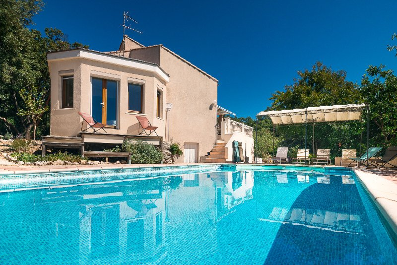 Mas de Bouis - Secluded Luxury Villa, Heated Pool, Private Grounds, holiday rental in Notre-Dame-de-Londres