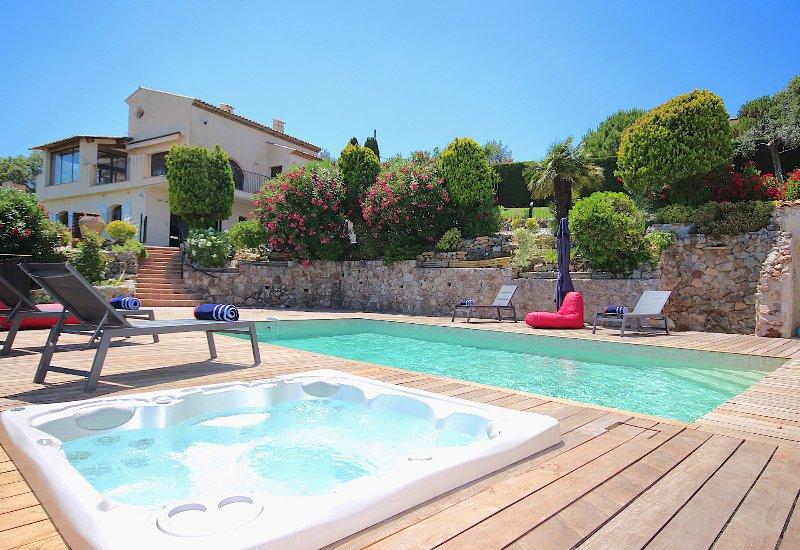 Panoramic sea view! Fantastic 5-stars villa Private pool, hot tub, air con, gym, casa vacanza a Antibes