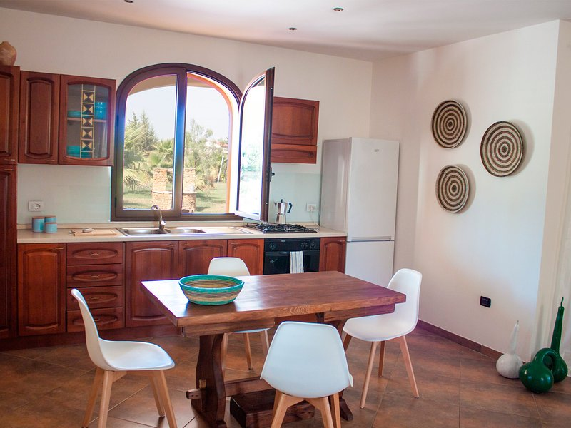 Fully equipped kitchen (gas) with fridge and oven.