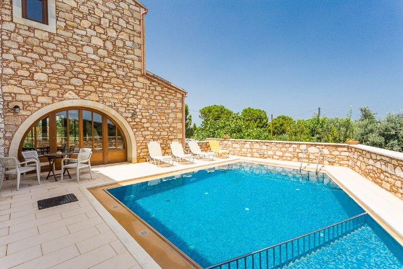 Messogea Villa, private luxury!, location de vacances à Thronos