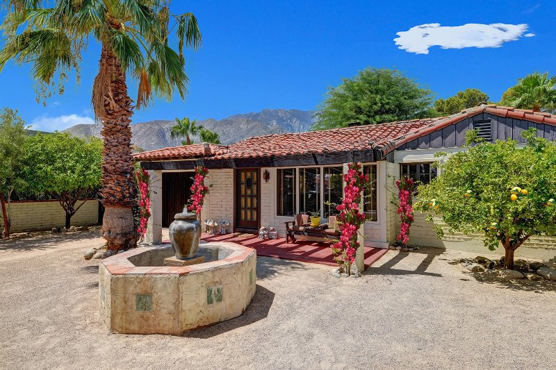 Designer Spanish Oasis Home - Private and Gated, casa vacanza a North Palm Springs
