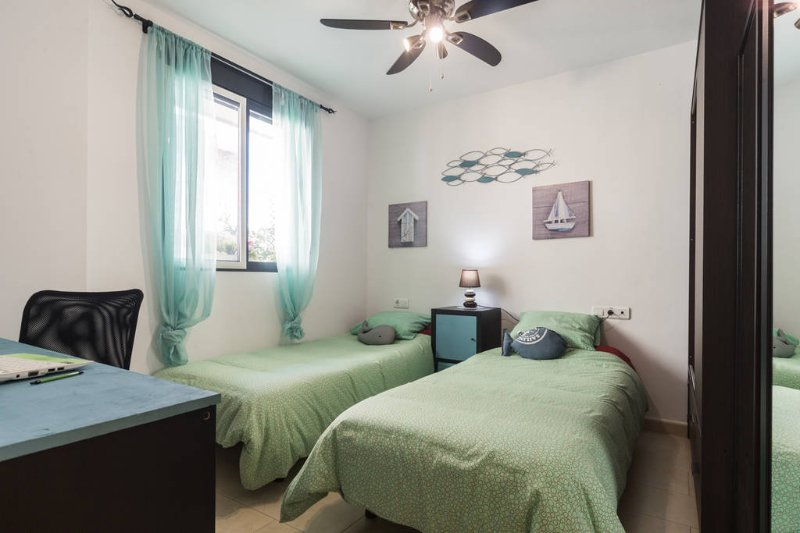 lits dortoir individuels qui peuvent être accolés pour faire un double.