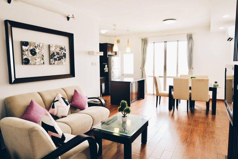 Espaçosa sala de estar com sol acolhedor e vista para o rio