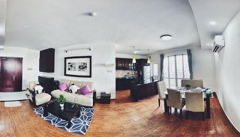 Espaçosa sala de estar com sol acolhedor