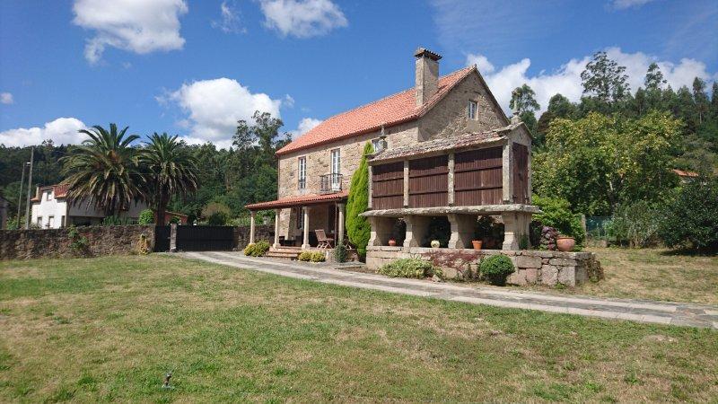 Casa rustica cerca de Santiago de Compostela y de las rias bajas, holiday rental in Negreira
