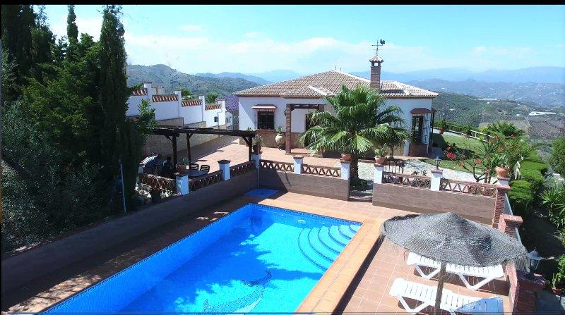 Villa con piscina, jardín, WiFi, aire acond., holiday rental in Benamocarra