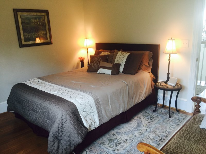 Queen bed in Sienna room