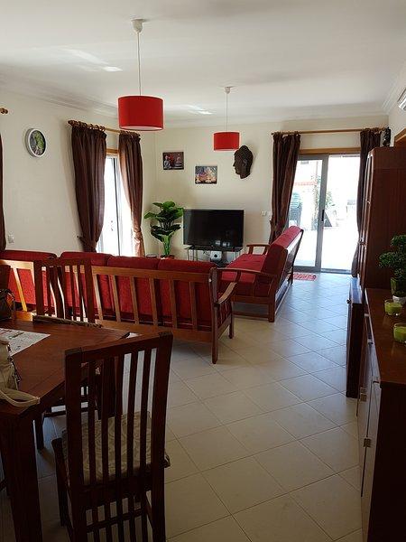 Ampio soggiorno con tutti i comfort moderni, TV satellitare, wi-fi, internet, aria c