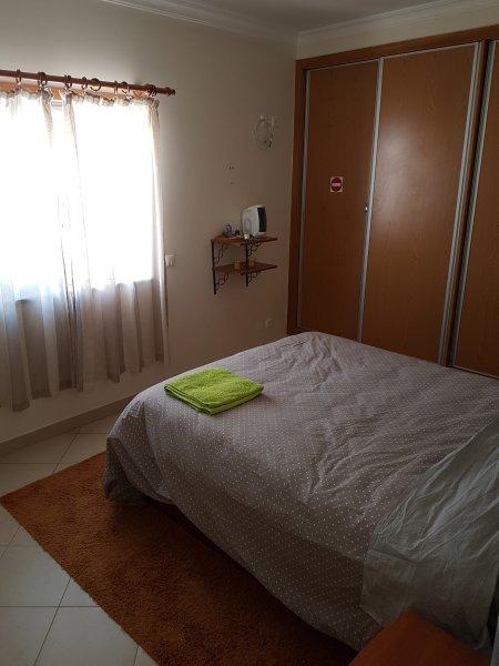 La sala sul grande letto con bagno privato e aria condizionata