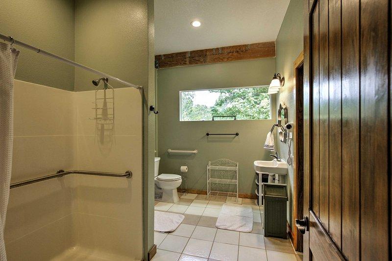 The master bedroom has an en suite bathroom.