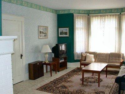 Salon. A l'heure actuelle canapé et futon (non représenté). De grandes fenêtres laissent entrer la lumière dans ramettes de.