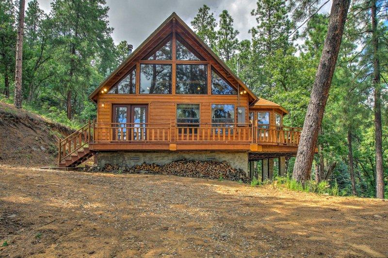 Escape to this 2-bedroom, 1.5-bathroom vacation rental cabin in Prescott!