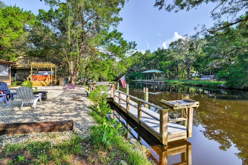 Unique Canalfront Homosassa Log Cabin w/Hot Tub, holiday rental in Homosassa Springs